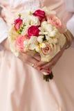 Épouser le bouquet nuptiale avec des anneaux Photo stock
