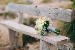 Épouser le bouquet nuptiale de Lisianthus et d'argent de cinéraire sur Photographie stock