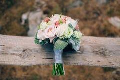 Épouser le bouquet nuptiale de Lisianthus et d'argent de cinéraire sur Photographie stock libre de droits