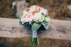 Épouser le bouquet nuptiale de Lisianthus et d'argent de cinéraire sur Image libre de droits