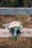 Épouser le bouquet nuptiale de Lisianthus et d'argent de cinéraire sur Photo stock