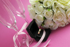 Épouser le bouquet nuptiale des roses blanches sur le fond rose  Photographie stock libre de droits