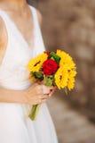 Épouser le bouquet nuptiale des tournesols dans les mains de la jeune mariée Photos stock