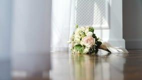 Épouser le bouquet nuptiale près de la fenêtre banque de vidéos