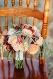 Épouser le bouquet nuptiale sur le fond photo libre de droits