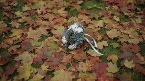 Épouser le bouquet sur des feuilles d'automne la veille de la cérémonie banque de vidéos