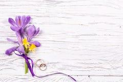 Épouser le concept avec des fleurs de ressort et deux anneaux d'or photographie stock