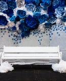 Épouser le contexte floral bleu et la chaise blanche Photo stock