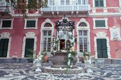 Épouser le décor avec les orchidées blanches à une villa italienne image libre de droits