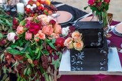 Épouser le gâteau noir avec s'est levé photographie stock