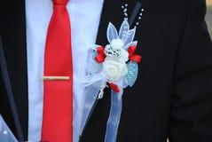 Épouser le plan rapproché de lien, décoration de fleur sur la veste Photographie stock libre de droits