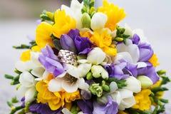 Épouser les anneaux nuptiales de bouquet et de mariage Photographie stock