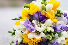 Épouser les anneaux nuptiales de bouquet et de mariage Photo stock