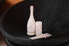 Épouser les bougies et le champagne décorés dans le style tendrement rose-clair Photos libres de droits