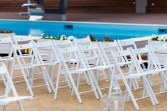 Épouser les chaises blanches Allocation des places devant le lieu de rendez-vous de cérémonie de mariage Photo libre de droits