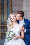 Épouser les couples romantiques s'étreint Jeune mariée de beauté avec le marié Photographie stock libre de droits