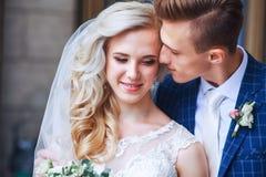 Épouser les couples romantiques s'étreint Jeune mariée de beauté avec le marié Photographie stock