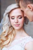 Épouser les couples romantiques s'étreint Jeune mariée de beauté avec le marié Images stock