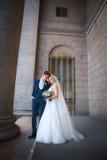 Épouser les couples romantiques s'étreint Jeune mariée de beauté avec le marié Images libres de droits