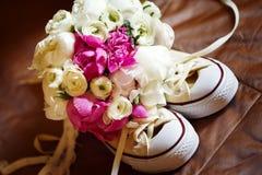Épouser les fleurs roses avec des espadrilles Photographie stock libre de droits
