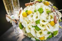 Épouser les verres nuptiales de bouquet et de champagne image stock