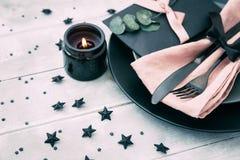 Épouser ou arrangement de fête de table Couverts élégants avec la serviette de toile sur le fond en bois Image stock
