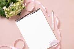 Épouser pour faire la liste avec des fleurs Configuration d'appartement de planificateur de maquette Images stock