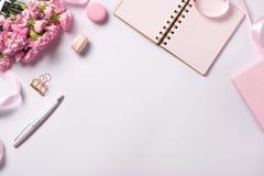 Épouser pour faire la liste avec des fleurs Configuration d'appartement de planificateur de maquette photographie stock libre de droits