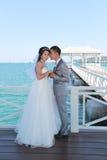 Épouser pré les couples thaïlandais de photographie sur un pont en bois d'Atsadang Photos stock
