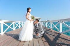 Épouser pré les couples thaïlandais de photographie sur un pont en bois d'Atsadang Images stock