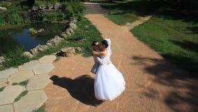 Épouser sur Sunny Day banque de vidéos