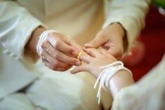 Épouser, tenant les mains, l'anneau de mains et de mariage Images stock