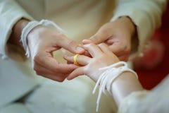 Épouser, tenant les mains, l'anneau de mains et de mariage Images libres de droits