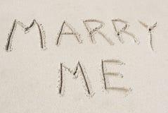 Épousez-moi écrit dans le sable Photographie stock