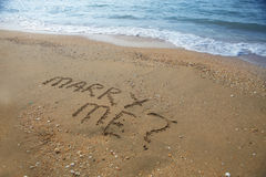 Épousez-moi écrit sur la plage sablonneuse Image libre de droits