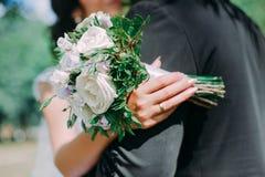 Épousez-moi aujourd'hui et quotidien, des mains d'un couple de Caucasien de mariage images stock