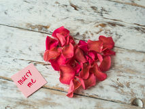 Épousez-moi des mots écrits sur le papier, carte d'amour Fond de jour du ` s de Valentine, carte postale d'amour Photo stock
