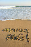 Épousez-moi mot dessiné sur la plage Photographie stock libre de droits