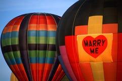 Épousez-moi proposition sur les ballons à air chauds Photographie stock