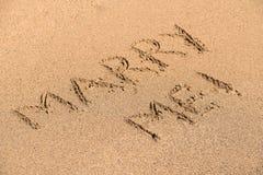 Épousez-moi Word sur Sunny Summer Beach Sand Image libre de droits
