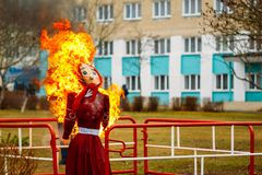 Épouvantail en flammes pendant la combustion photo stock