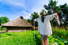 Épouvantail et hutte traditionnelle Image stock