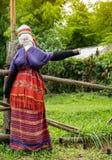 Épouvantail traditionnel habillé en tant que femme de tribu de colline photo libre de droits