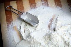 Épuisette et farine en métal Images libres de droits