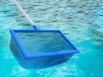 Épuisette ou filet de pêche avec la piscine Photo stock