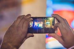 Épuisez l'enregistrement mobile avancé, les concerts d'amusement et le bel éclairage, image franche de foule au concert de rock,  image stock