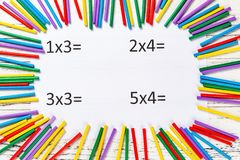 Équations de multiplication avec les tiges de compte colorées images stock
