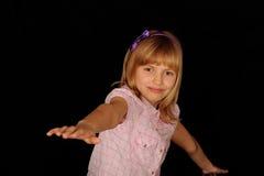 Équilibrage de jeune fille photo libre de droits