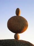 Équilibrage de trois pierres Image stock