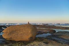 Équilibrage en pierre solide de roche de base Images libres de droits